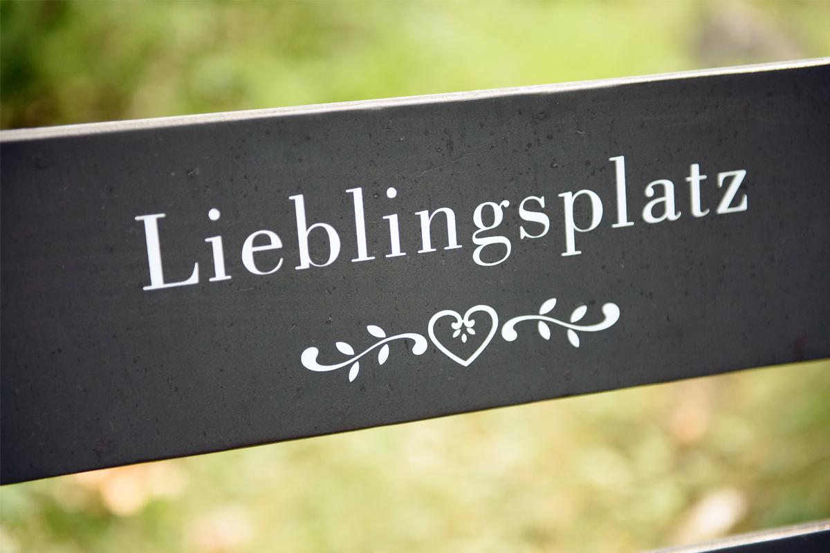 Lieblingsplatzschild im Garten des Biohotel Bavaria
