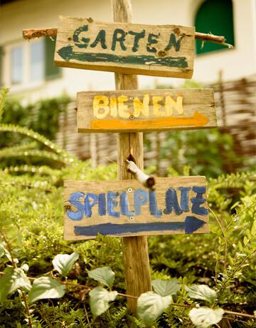 Wegweiser im Garten vom Biohotel Bavaria