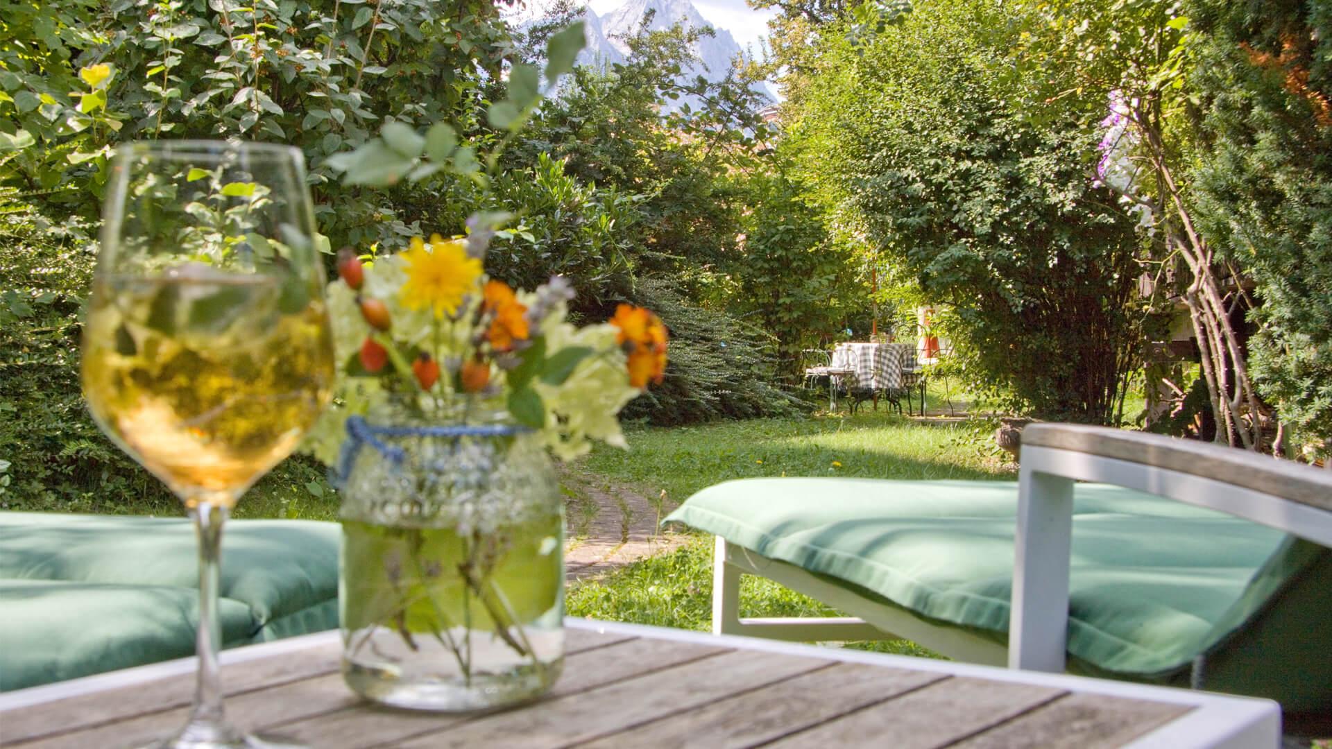 Urlaub in Garmisch-Partenkirchen – Der Garten im Biohotel Bavaria