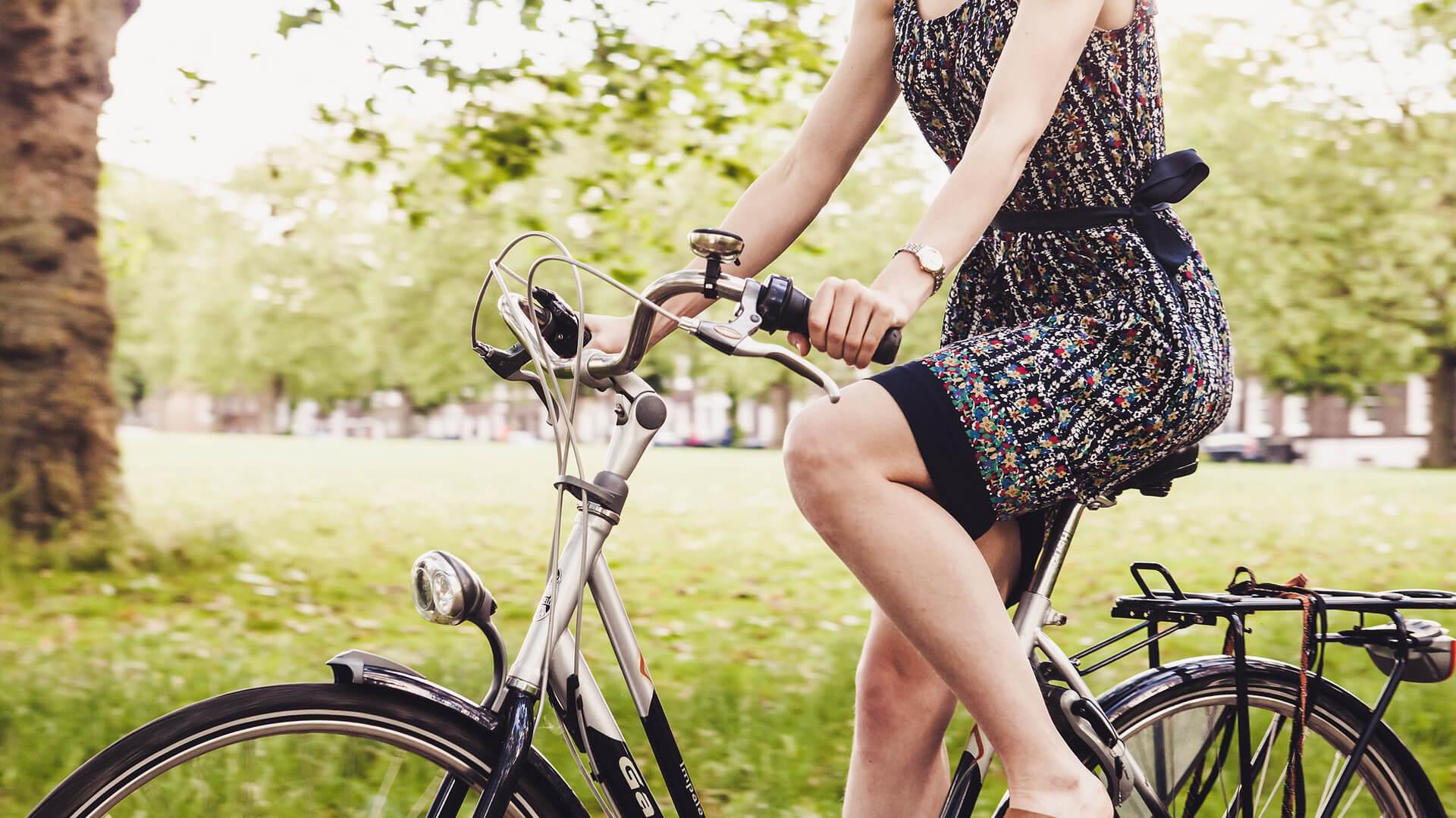 Radfahren in Garmisch-Partenkirchen – Frau auf Fahrrad