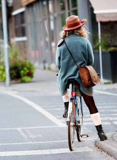 Fahrrad Tour in Garmisch – Frau mit Rad