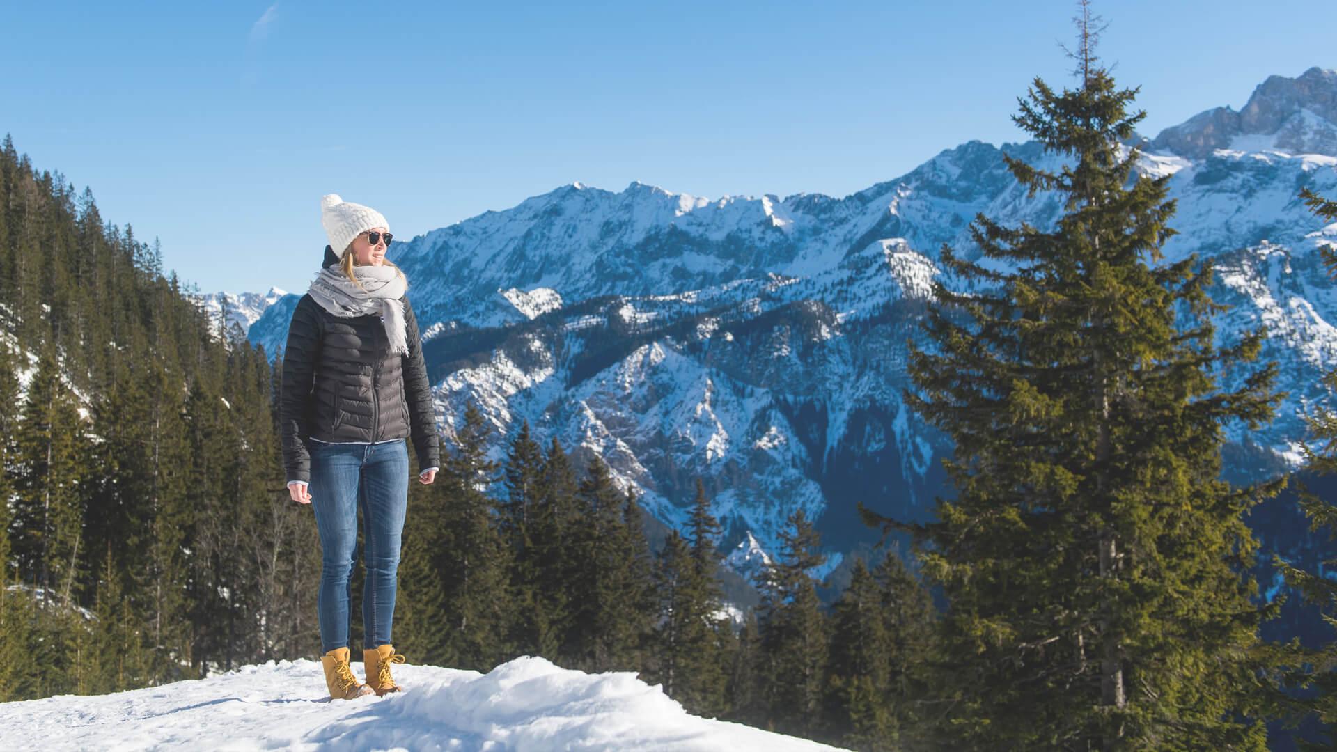 Winterurlaub in Garmisch-Partenkirchen – Frau blickt auf die Berge