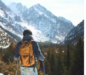 Wanderwege in Garmisch Partenkirchen – Wanderer genießt den Blick auf die Berge