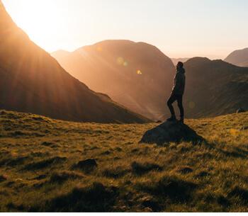 Wanderwege in Garmisch Partenkirchen – Wanderer blickt in den Sonnenuntergang