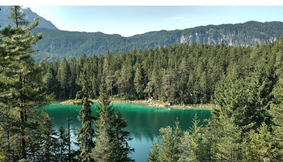 Wanderwege in Garmisch Partenkirchen – Bergsee umrahmt von Bäumen