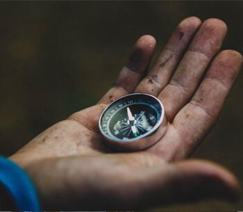 Wanderwege in Garmisch Partenkirchen – Kompass in der Hand eines Wanderers