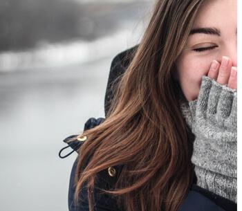 Winterurlaub in Garmisch-Partenkirchen – Frau im Winter freut sich