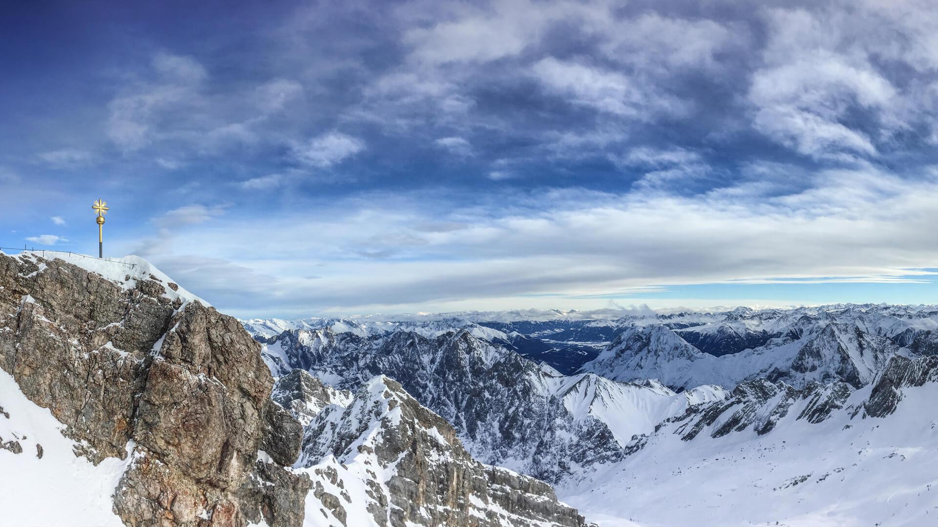 Winterurlaub Garmisch-Partenkirchen - Zugspitze ist mit Schnee bedeckt
