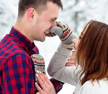 Winterurlaub in Garmisch-Partenkirchen – Pärchen hat Spaß im Schnee